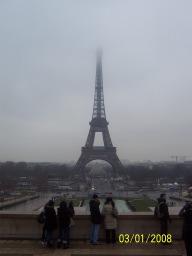 tour eiffel nella nebbia